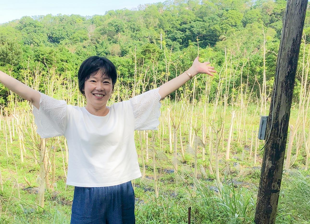 沖縄のモリンガ畑の前で